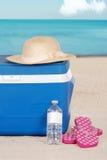 Un sombrero y sandalias más frescos de la mujer en la playa Fotografía de archivo libre de regalías