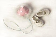 Un sombrero y zapatos del partido del rosa de los niños Imágenes de archivo libres de regalías