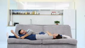 Un sommeil de mari et d'épouse sur un sofa banque de vidéos