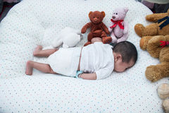 Un sommeil nouveau-né de mois sur la couverture Photographie stock libre de droits
