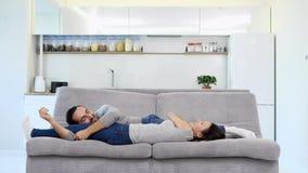 Un sonno della moglie e del marito su un sofà stock footage