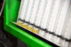 Un soporte de diagnóstico del primer con los frascos del combustible para comprobar el flujo de la cantidad de combustible entreg imagen de archivo libre de regalías