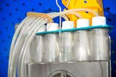 Un soporte de diagnóstico del primer con los frascos del combustible para comprobar el flujo de la cantidad de combustible entreg imágenes de archivo libres de regalías