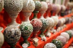 Un soporte para una vela hecha de piedra, una palmatoria redonda con los modelos, en el contador de un mercado de la noche imágenes de archivo libres de regalías