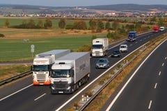 Un sorpasso pericoloso di due camion Immagine Stock