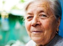 Un sorriso di una donna maggiore felice soddisfatta Fotografia Stock