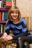 Un sorriso nella libreria. Fotografia Stock Libera da Diritti