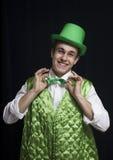 Un sourire d'homme (St Patrick) en vert Images stock