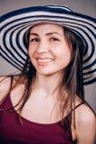 Un sourire sincère avec les dents blanches d'une belle femme Portrait en gros plan, émotions vivantes photos libres de droits