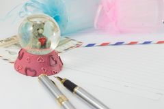 Un souvenir de boule en verre d'un bel ours Images stock