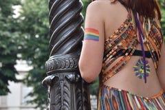Un spectateur féminin avec le drapeau gai d'arc-en-ciel peint sur son bras chez Pride Parade gai 2018 en Italie Images stock