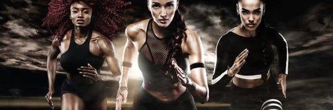 Un sprinter fort sportif, de femmes, courant sur le fond foncé portant dans la motivation de vêtements de sport, de forme physiqu photo libre de droits