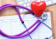 Un stéthoscope médical se trouve sur les antécédents médicaux patients du ` s sur un fond d'ordinateur Le concept des soins médic Image stock