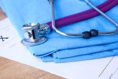 Un stéthoscope médical se trouve sur les antécédents médicaux patients du ` s sur un fond d'ordinateur Le concept des soins médic Photos stock