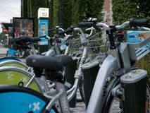 Un stationnement de bicyclette à Orléans, France photos libres de droits