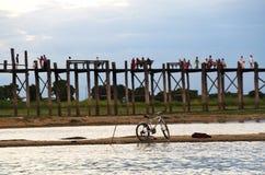 Un stationnement de bicyclette avant le pont d'U-bein Photographie stock libre de droits