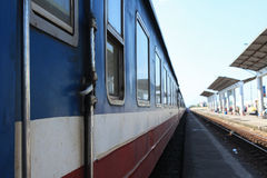 Un stationnement de train sur la gare ferroviaire photo stock