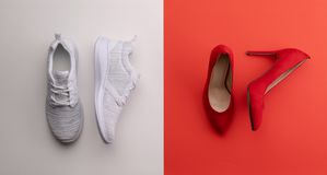 Un studio tiré des paires de fonctionnement contre des chaussures de talon haut sur le fond de couleur Configuration plate photo stock