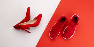 Un studio tir? des paires de fonctionnement contre des chaussures de talon haut sur le fond de couleur Configuration plate photos stock