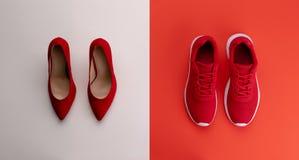 Un studio tir? des paires de fonctionnement contre des chaussures de talon haut sur le fond de couleur Configuration plate photo libre de droits