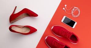 Un studio tir? des paires de fonctionnement contre des chaussures de talon haut sur le fond de couleur Configuration plate images stock