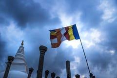 Un Stupa, nubes y una bandera, Anuradhapura, Sri Lanka Imagenes de archivo