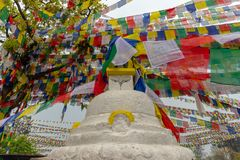 Un stuppa et beaucoup de drapeaux de prière photos stock