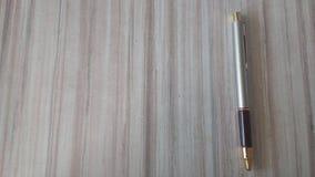 Un stylo avec le côté gauche ouvert pour une légende Image libre de droits