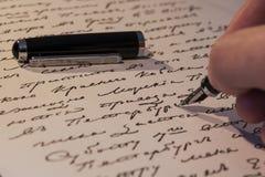 Un stylo dans sa main Image libre de droits