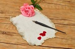 Un stylo-plume noir avec le vieux papier avec des gouttes de sang Photo stock