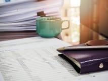 Un stylo sur le carnet avec des documents photos stock