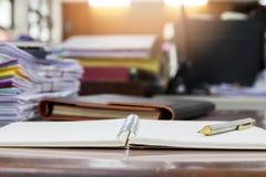 Un stylo sur le carnet avec des documents photo stock