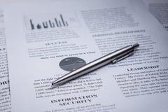 Un stylo sur le texte d'affaires et la direction et la protection des données de mot Photographie stock