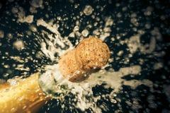 un sughero del champagne sta schioccando fuori fotografie stock libere da diritti