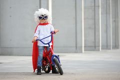 Un supereroe divertente e piccolo Immaginazione del ragazzo di concetto Childchood felice fotografia stock libera da diritti