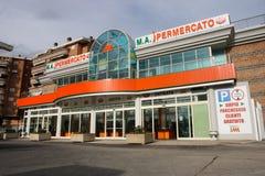 Un supermercato nuovissimo Facciata esteriore Belle vecchie finestre a Roma (Italia) Fotografie Stock Libere da Diritti