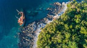 Un support abandonné vieux par naufrage sur la plage Photos libres de droits
