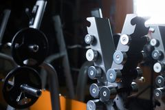 Un supporto con i bilancieri in una palestra Supporto delle teste di legno su un fondo vago Strumentazione di sport Forma fisica, fotografia stock