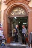 Un supporto di due uomini nel negozio della porta a La Valletta fotografie stock libere da diritti
