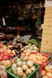 Un supporto di frutta su un mercato dell'alimento nel Sudamerica fotografie stock libere da diritti