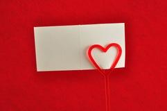 Un supporto di nota con un cuore rosso fotografia stock