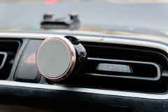 Un supporto di plastica nero del telefono cellulare con un dispositivo magnetico con Fotografie Stock