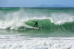 Un surfer montant une vague cresting photos libres de droits