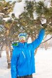 Un surfeur appréciant la vie, jouant avec la neige, se reposant à un ski Photographie stock
