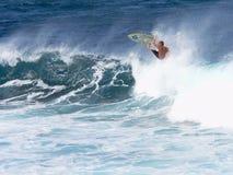 Un surfista cattura l'aria in Maui fotografia stock