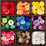 Un surtido de botones dispuestos por el color Foto de archivo