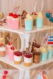 Un surtido de dulces festivos coloridos Fotos de archivo libres de regalías