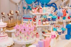 Un surtido de dulces festivos coloridos Foto de archivo