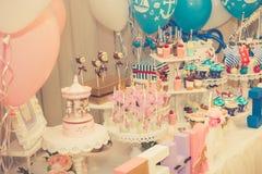 Un surtido de dulces festivos coloridos Fotos de archivo