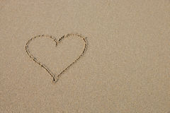 Un symbole de coeur sur la plage sablonneuse Photo stock